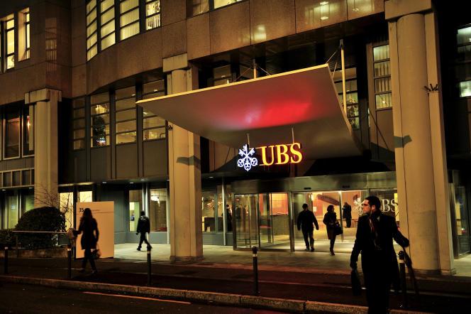Des employés quittent les bureaux de la banque UBS dans le quartier des Acacias  à Zurich