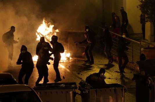 Les manifestants lancent des cocktails molotov pendant des affrontements avec la police à Corte, en Corse, le 16 février 2016.