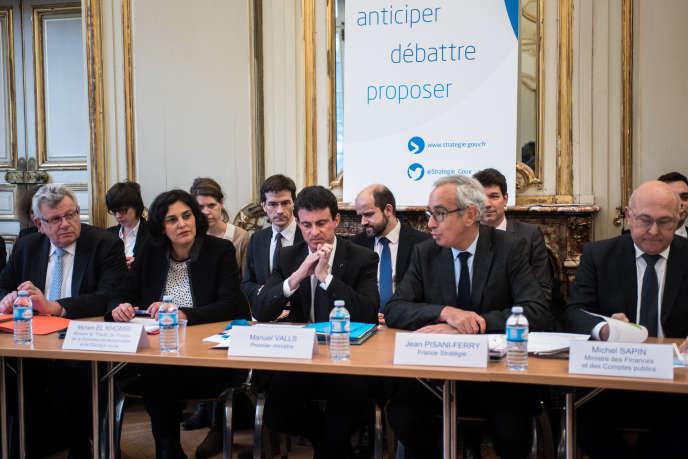 Comité de suivi des aides publiques aux entreprises et des engagements,  en présence, notamment, de Manuel Valls à Paris, le 15 février.
