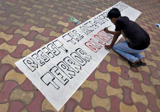 Un étudiant prépare une banderole avant le départ d'une manifestation de protestation contre l'arrestation d'un étudiant de l'Université Jawaharlal Nehru (JNU), sur le campus de l'Université de Jadavpur le 16 février 2016 à Kolkata, en Inde.