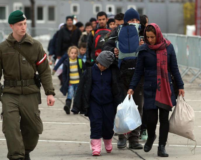 Des migrants arrivant au poste-frontière de Spielfeld en Autriche, à la frontière avec la Slovénie, le 16 février.