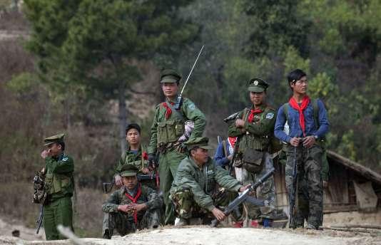 Des soldats de la Ta'ang National Liberation Army (TNLA) près du village de Mantong, dans l'Etat shan, le 16 janvier 2014.