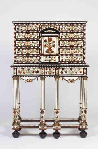 Une marqueterie florale, de bois divers, ivoire et écaille de tortue, réalisée par le Hollandais Pierre Gole pour les appartements du palais royal du duc et de la duchesse d'Orléans, respectivement frère de Louis XIV et fille de Charles Ier d'Angleterre.