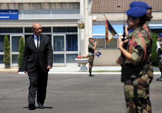 Le ministre de la défense, Jean-Yves Le Drian, lors d'une visite au 5e régiment d'hélicoptères de combat de Pau-Uzein, le 29 juin 2015.