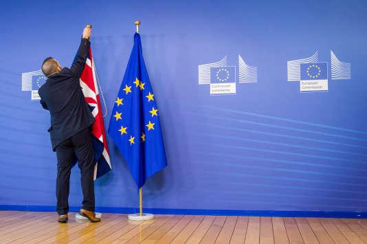 L'Union Jack est installé à côté du drapeau de l'Union européenne, au siège de la Commission européenne, pour la venue de David Cameron, le18février à Bruxelles.
