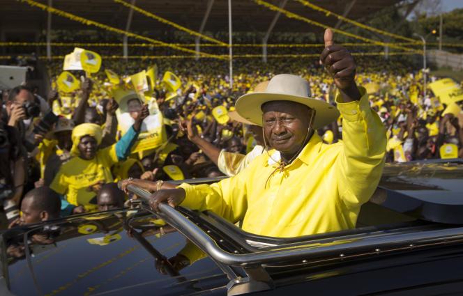 Le président de l'Ouganda, Yoweri Museveni, salue ses partisans lors d'un rassemblement électoral à Kampala, la capitale, le 16 février.