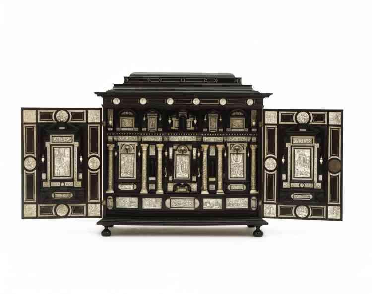 Au début du XVIIe siècle, les cabinets étaient les meubles les plus décorés des meubles d'apparat. Celui-ci évoque la fondation de Rome avec ses colonnettes et ses médaillons représentant César, ciselés dans l'ivoire. Une richesse dérobée qui se dévoile une fois les deux battants en ébène ouverts.