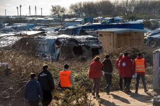 Des employés de la préfecture de Calais et des membres d'associations dans la «Jungle», le camp de Calais, le 16 février.