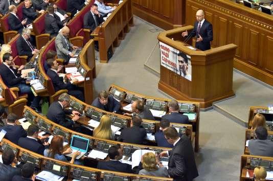 Le premier ministre ukrainien Arseni Iatseniouk, devant le Parlement, à Kiev, le 16 février.
