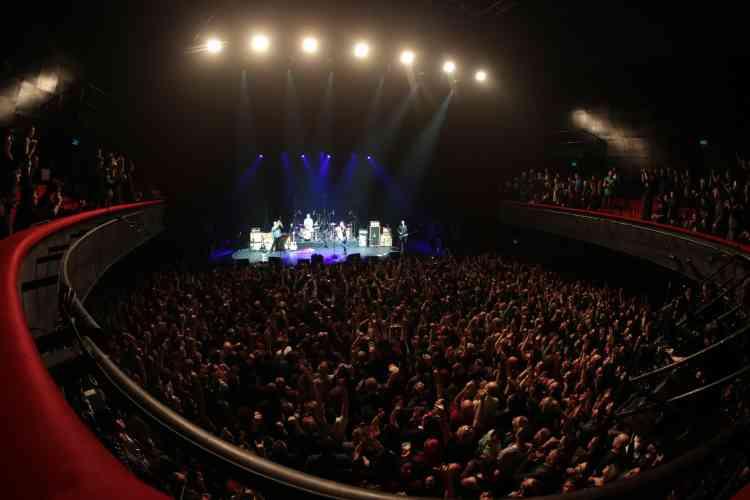 Les rockeurs ont été accueillis sur la mythique scène parisienne par une immense ovation du public, qui comptait de nombreux rescapés de l'attentat du 13 novembre.