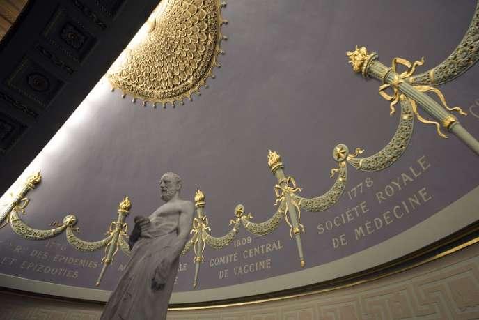 Statue du médecin antique Hippocrate, dans l'Académie nationale de médecine, à Paris, en 2014.