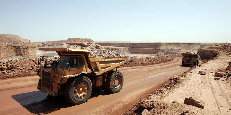 Des camions transportent de la roche contenant de l'uranium, le 23 février 2005 sur le site de la mine d'uranium à ciel ouvert d'Arlit (Niger), exploité par le groupe français Areva, numéro un mondial du nucléaire civil.