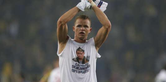 Le milieu de terrain russe du Lokomotiv Moscou Dmitri Tarasov exhibe un tee-shirt arborant le portrait de Vladimir Poutine à la fin du match d'Europa League contre Fenerbahçe.