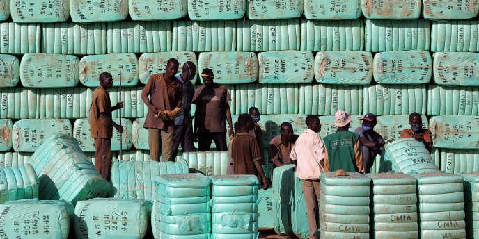 Balles de coton dans une usine de Ouagadougou, en janvier 2008.