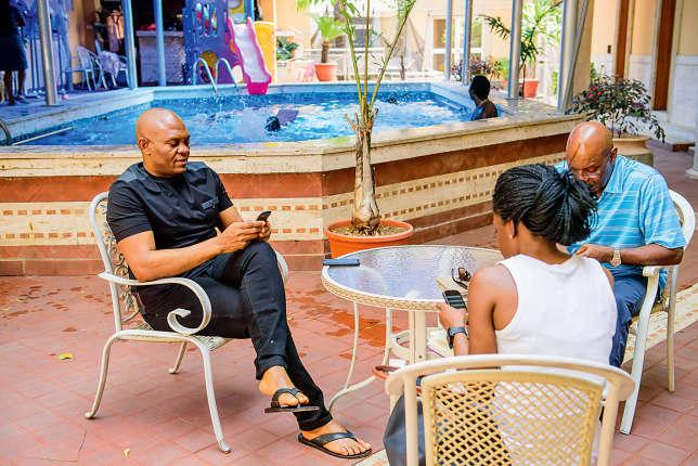 De son manoir du quartier huppé d'Ikoyi, à Lagos, Tony Elumelu gère ses multiples affaires. Ici avec Tony Chukwueke, son «M.Pétrole et énergie», et une collaboratrice.