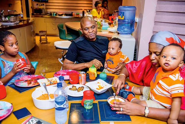 Tony Elumelu en famille,  avec son épouse, ses jumeaux et l'une deses filles.