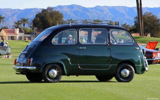 La Fiat 600 Multipla (ici en en version taxi), est présentée par la marque italienne comme «la seule voiture particulière avec cabine avancée».