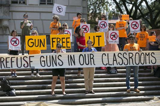 Les parents d'étudiants et les personnels de l'université du Texas, à Austin aux Etats-Unis, s'étaient mobilisés pour lutter contre un projet de loi devant lever l'interdiction du port d'armes en classe, qui a finalement été adopté le 17 février.