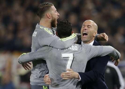 Zidane félicite Cristiano Ronaldo après son but face à l'AS Roma, le 17 février.