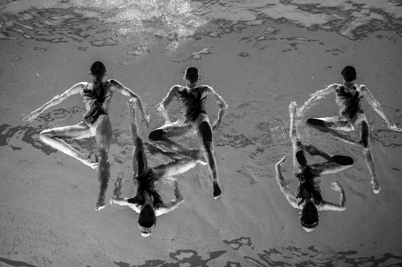 """Troisième prix, catégorie """"Sports"""". Pendant la représentation d'une équipe de natation synchronisée en Suède, en décembre 2015."""