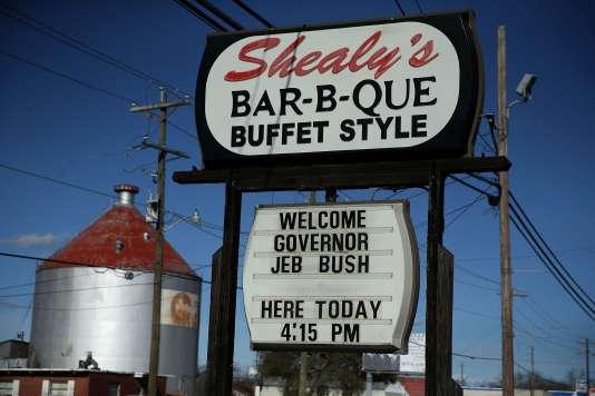 Un restaurant de Leesville (Caroline du Sud), annonce un événement du candidat républicain Jeb Bush, le 16 février.
