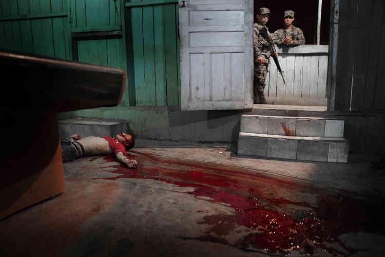 """Troisième prix, catégorie """"Actualités"""" (image seule). Le corps d'une victime d'affrontements entre gangs gît sur le sol de San Pedro Sula, au Honduras, le 4 février."""
