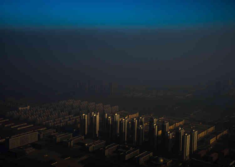 """Premier prix, catégorie """"Sujets contemporains"""". Une ville du nord de la Chine dans le brouillard, le 10 décembre 2015."""