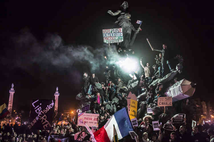 """Deuxième prix, catégorie """"Actualités"""" (image seule). Paris, place de la Nation, pendant la manifestation du 11 janvier 2015 faisant suite aux attentats qui ont frappé la capitale en début d'année."""