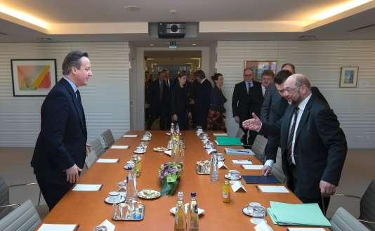 Le premier ministre britannique, David Cameron, et Martin Schulz, président du Parlement, à Bruxelles, le 16 février.