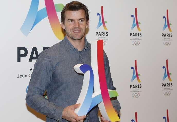 Jean Galfione, ancien perchiste français, présente le logo de ces jeux olympiques de 2024 auxquels Paris est candidat.