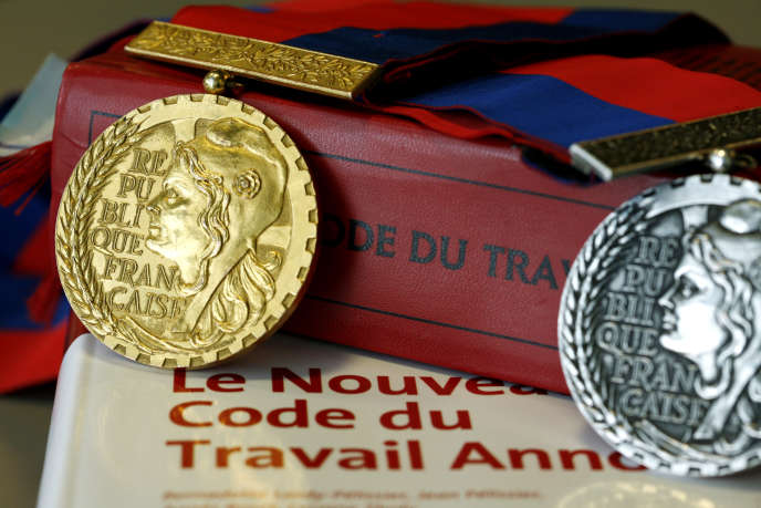 Médailles portées par les conseillers prud'homaux lors des audiences et des cérémonies publiques.