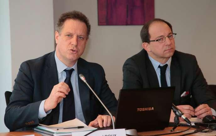 Nicolas Revel (à gauche), directeur de la caisse nationale d'assurance maladie des travailleurs salariés, et Emmanuel Roux, directeur général de la Mutualité française, défendent la généralisation du tiers payant, le 17 février.