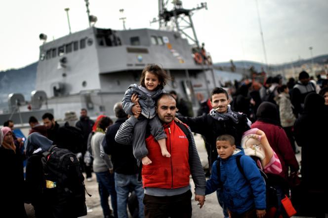 Des migrants débarquent à Mytilène d'un bateau de gardes-côtes grecs qui les a récupérés en mer, le 17 février 2016.