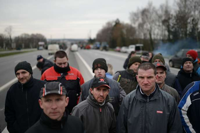 Des paysans lors de leur bloquage de l'autoroute de Rennes, le 17 février 2016.
