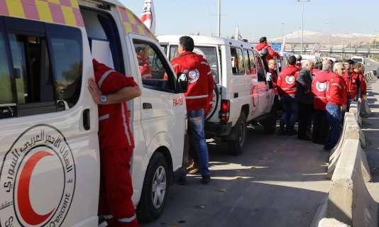 Un convoi du Croissant-Rouge quitte Damas, mercredi 17 février.