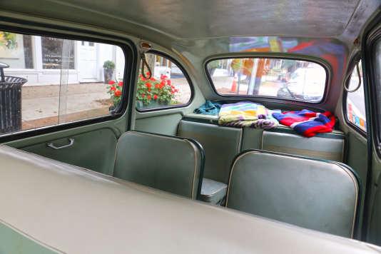 La Multipla pouvait accueillir trois banquettes, mais pas les bagages, qui devaient voyager sur le toit. Ici, un modèle de 1959.
