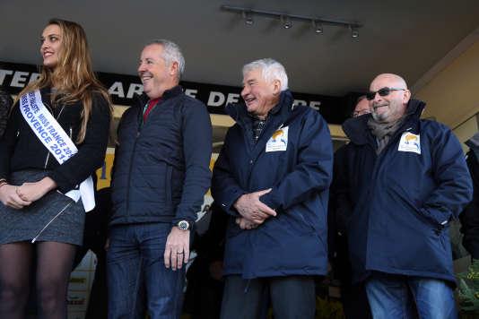 Entre Miss Provence 2014 et l'organisateur André Martes, les anciens champions Stephen Roche et Raymond Poulidor étaient présents sur le podium de Pégomas.