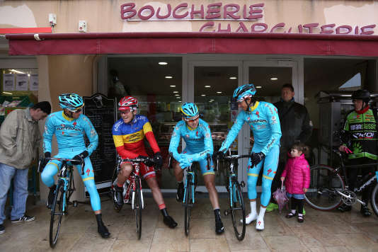 A Cadolive, départ de l'étape. Les coureurs d'Astana s'abritent comme ils le peuvent.