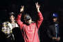 """Kanye West salue le public lors du lancement de son dernier album """"The Life of Pablo,"""" au Madison Square Garden à New York, le 11 février 2016."""
