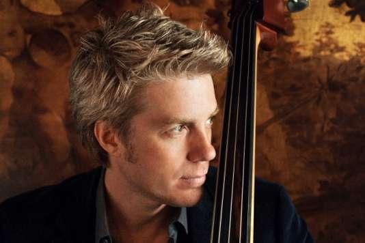 Le contrebassiste et bassiste électrique Kyle Eastwood.