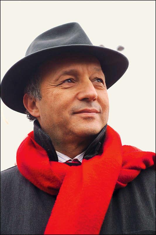 Laurent Fabius avec le chapeau et l'écharpe rouge chers à François Mitterrand.