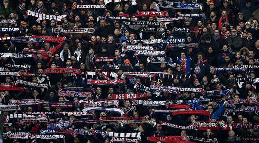 Des supporters du PSG, le 16 février, lors du match contre Chelsea.