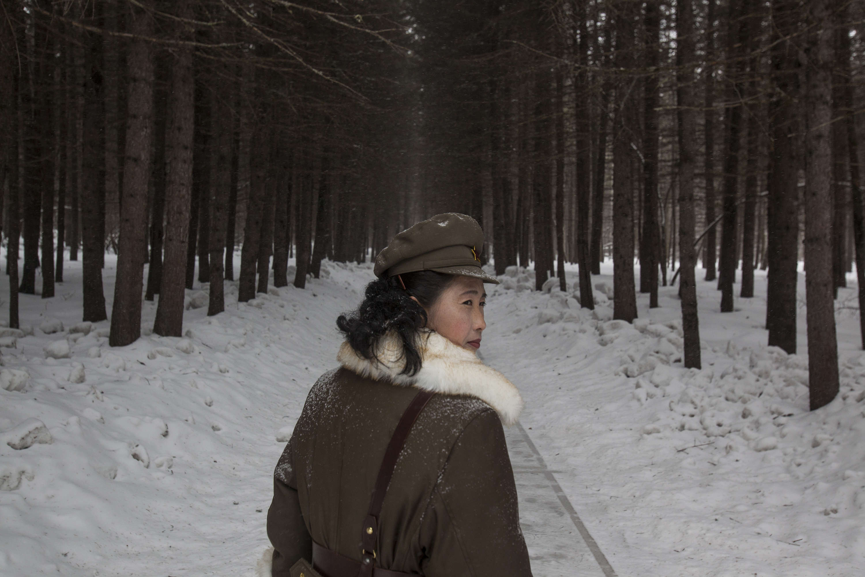 Cette femme, membre de l'armée nord-coréenne, travaille comme guide, le 4 avril 2012. Selon le régime, cette forêt aurait abrité le campement de Kim Il-sung, premier dirigeant nord-coréen, pendant la guerre de Corée.