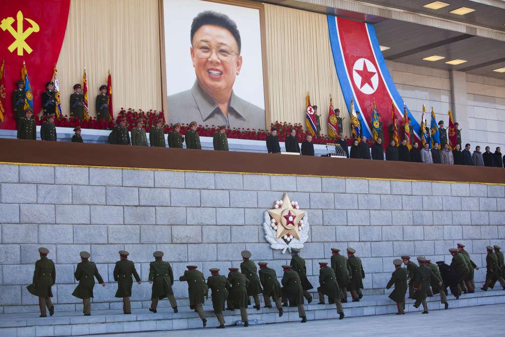 Le leader nord-Coréen Kim Jong-un avant une parade militaire à l'occasion de la commémoration de la naissance de Kim Jong-il, à Pyongyang, le 16 février 2012.