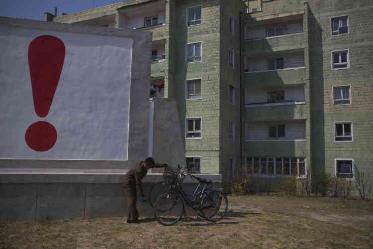 A Kaesong, près de la zone démilitarisée, qui sépare les deux Corées. Le point d'exclamation marque la fin d'un message de propagande, le 24 avril 2013.