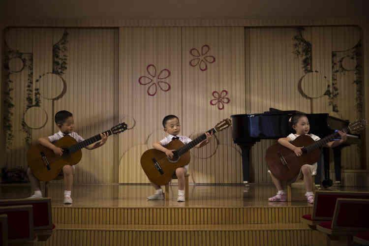 Pendant une représentation dans une école maternelle de la capitale nord-coréenne, le 19 mai 2015.