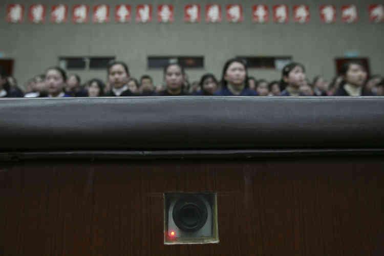 """Une caméra, encastrée dans le mur de l'auditorium du """"Palais des écoliers"""", filme les  jeunes spectateurs, à Pyongyang, le 27 février 2008."""