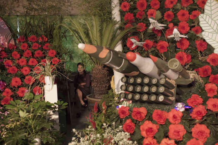 """Un exposition, organisée à l'occasion du soixantième anniversaire de la fin de la guerre de Corée. Des fleurs, baptisées """"Kimilsungia"""" et """"Kimjongilia"""" en l'honneur des anciens dirigeants du pays, agrémentent des maquettes de missiles, le 24 juillet 2013."""