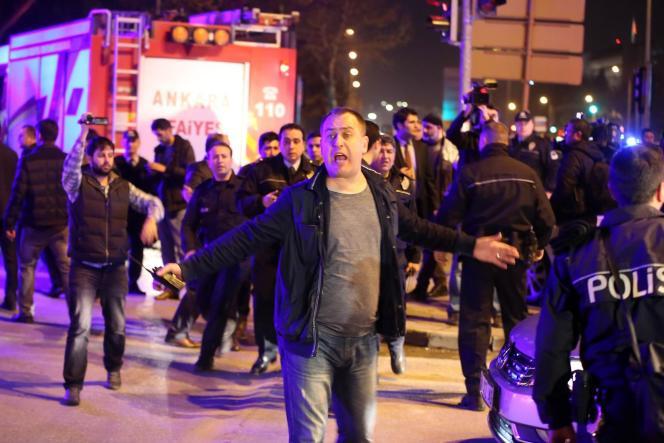 Près du lieu de l'attentat qui a fait au moins 28morts à Ankara, mercredi 17 février.