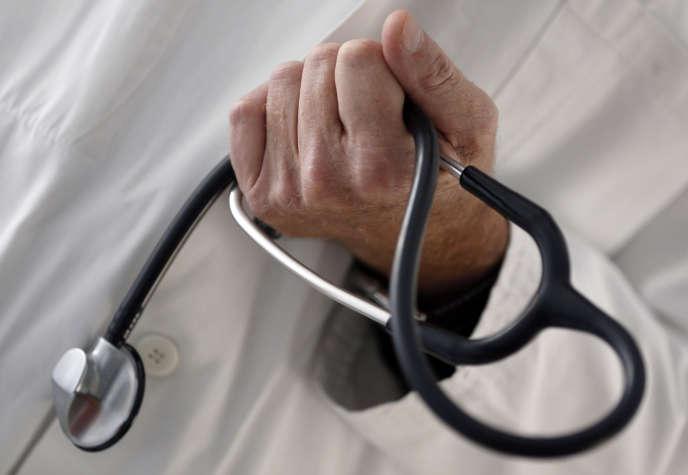 Un médecin généraliste dans un cabinet à Bordeaux, le 7 janvier 2015.